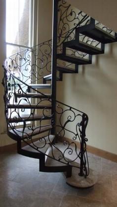 Узнать стоимость лестницы на металлическом каркасе с кованными перилами и элементами в Днепре (Днепропетровске)